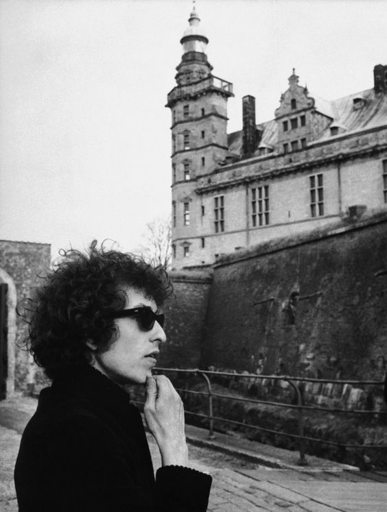 Good topics on which to write an essay on Bob Dylan?