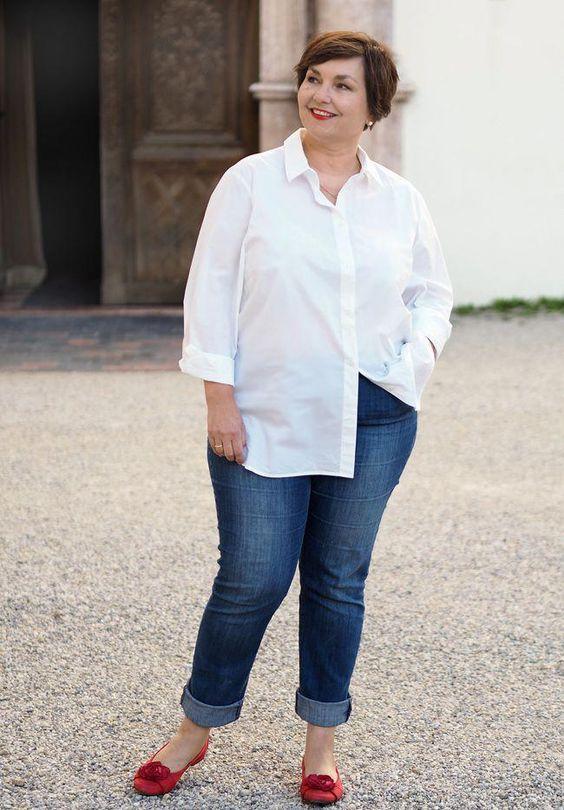 Jeans, weißes Hemd, rotes Schuhe: unaufgeregt aufregend #springfashionforwomenover50boyfriendjeans