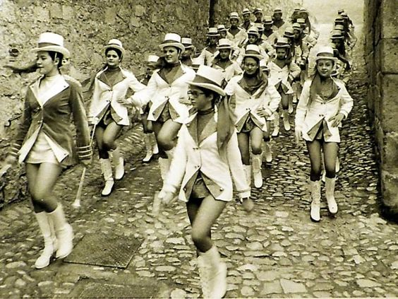 Les majorettes avaient fière allure avec leur bâton et leur costume. Elles défilaient au pas et en compagnie de la clique dans de nombreuses manifestations festives.