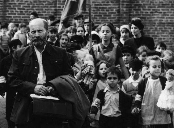 Janusz Korczak and his orphans Warsaw Ghetto about 1942 933 x 688 - gebrauchte küchen in berlin