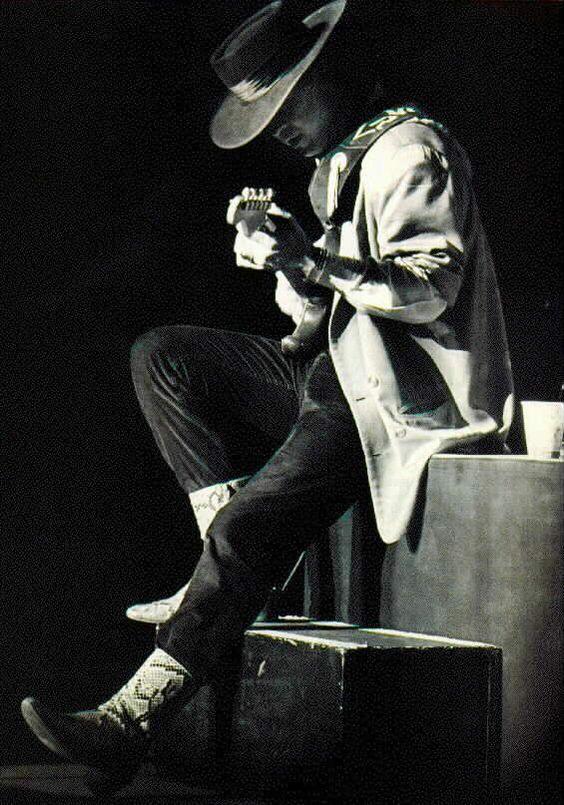 Стиви Рей Вон ... гений блус китарист.  Обичам, любов, обичани този човек и неговата музика!  ПОЧИВАЙ В МИР:
