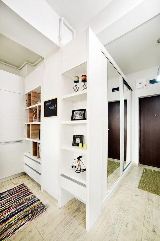 weißer Einbau-Garderobenschrank mit verspiegelten Schiebetüren