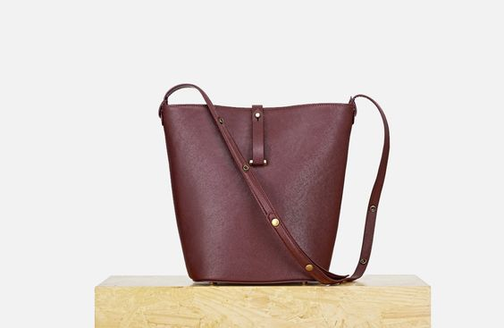 The essence of chic is about simplicity. The Seau bag with its pure and modern design will make you look effortlessly chic.