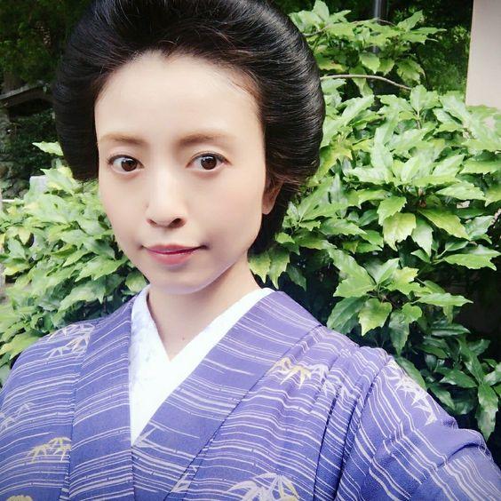 紫の着物を着て自撮りをしている片瀬那奈の画像