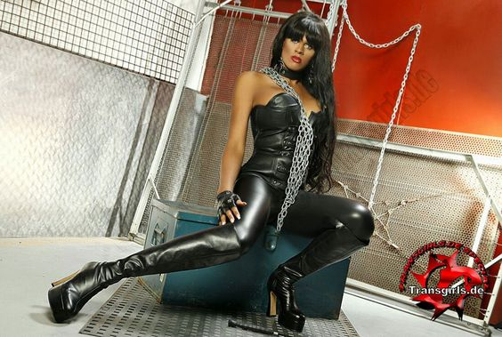TS Zilow, domiantes Trans-Callgirl in Lack und Leder - Shemales, transsexuelle…