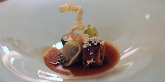 Der glasierte Milchferkelbauch mit Spitzkohl und Meaux-Senf als erster Fleischgang bei Thomas Martin im Jacobs Restaurant in Hamburg