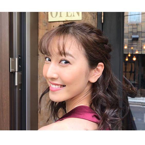 カメラに振り返る小澤陽子