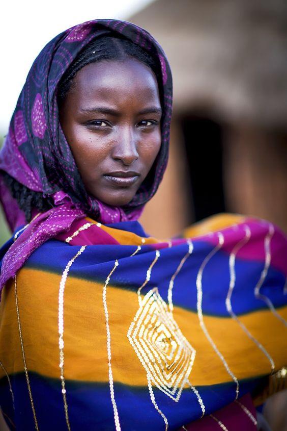 Deze jonge dame hoort bij de Borana stam in Ethiopië. In het algemeen valt het zeer goed mee om deze vrouwen te fotograferen ondanks dat het moslima's zijn. Maar deze is was toch heel wat moeilijker dan verwacht. Het bleek de vrouw van de dorpschef te zijn..... maar na heel wat onderhandelen met haar man mocht ik dan toch een foto maken. Door communitylid StevenG - NG FotoCommunity ©