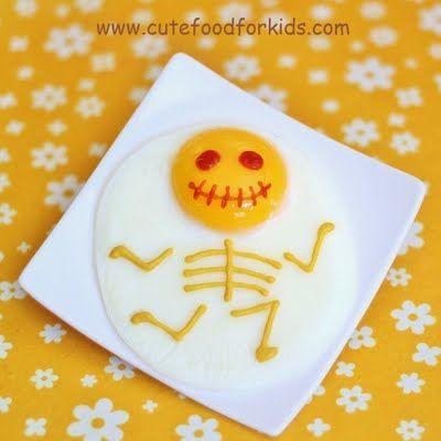 Vous savez cuire un oeuf ? Vous saurez préparer cet oeuf sur le plat squelette ! Dessinez la bouche et les yeux avec du ketchup et le corps avec de la moutarde douce :-)