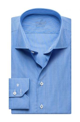 Dezente Farben liegen bei der gehobenen Business-Garderobe im Trend. Die feinen Streifen veredeln den Look, die leicht schimmernden Perlmuttknöpfe geben eine extravagante Note.
