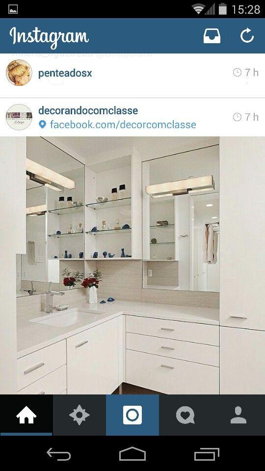 Espelho e prateleiras laterais