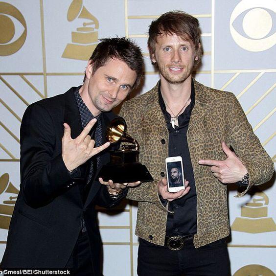 Quando vinci un Grammy e il terzo componente del gruppo non è alla premiazione con te, la soluzione è FACETIME!  #iPhoneTips #GrammyAwards #Muse