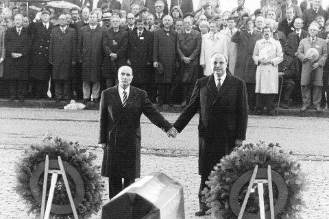 Der französische Präsident Francois Mitterrand (l.) und Bundeskanzler Helmut Kohl (r) reichten sich 1984 über den Gräbern von Verdun die Hand – ein Symbol für die Aussöhnung zwischen Frankreich und Deutschland