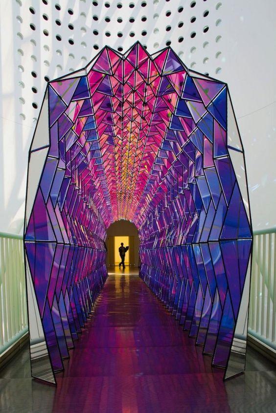 l'artiste danois Olafur Eliasson a réalisé il y a quelques années ce tunnel de verre coloré.