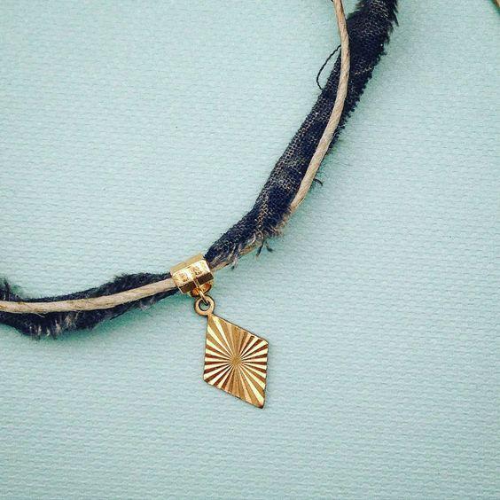 Bracelet en tissu batik, ficelle de chanvre et estampe en laiton.à nouer autour…