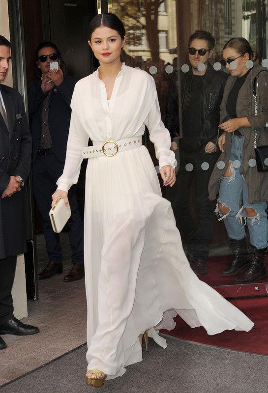Selena Gomez. De Blanco disco parisino y libre por Elie Saab. #elie saab dress, #selena gomez.