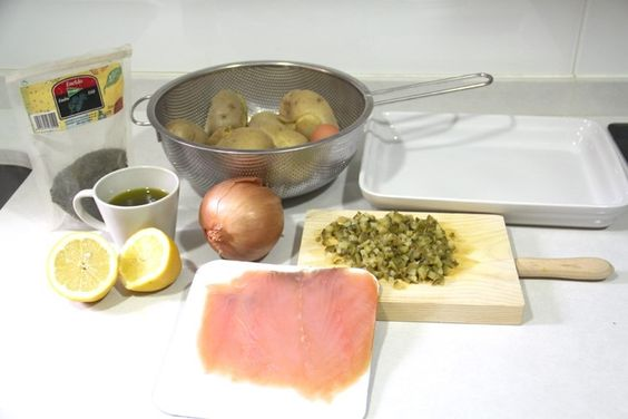 Ensalada de salmon ahumado, patata, huevo duro, pepinillos con vinagreta de limon y eneldo