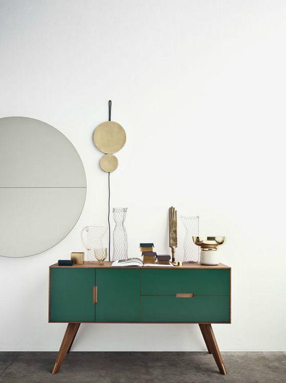 Decoración mueble en verde oscuro, el color de la temporada