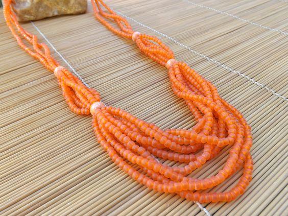 colar de miçangas laranja fosca com contas de madeira como entremeio.