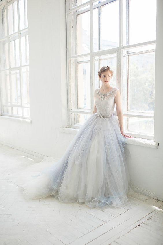 #brautkleid #gown #weddinggown Brautkleid von Carousel Fashion grau - Wunderschöne Hochzeitsdeko von Etsy & 1 x 100€ Gutschein gewinnen! | Hochzeitsblog - The Little Wedding Corner