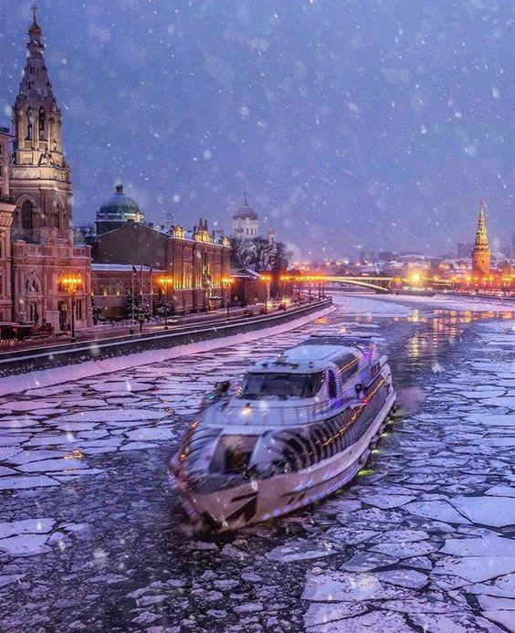 Ледоколы в Москве - зимняя навигация