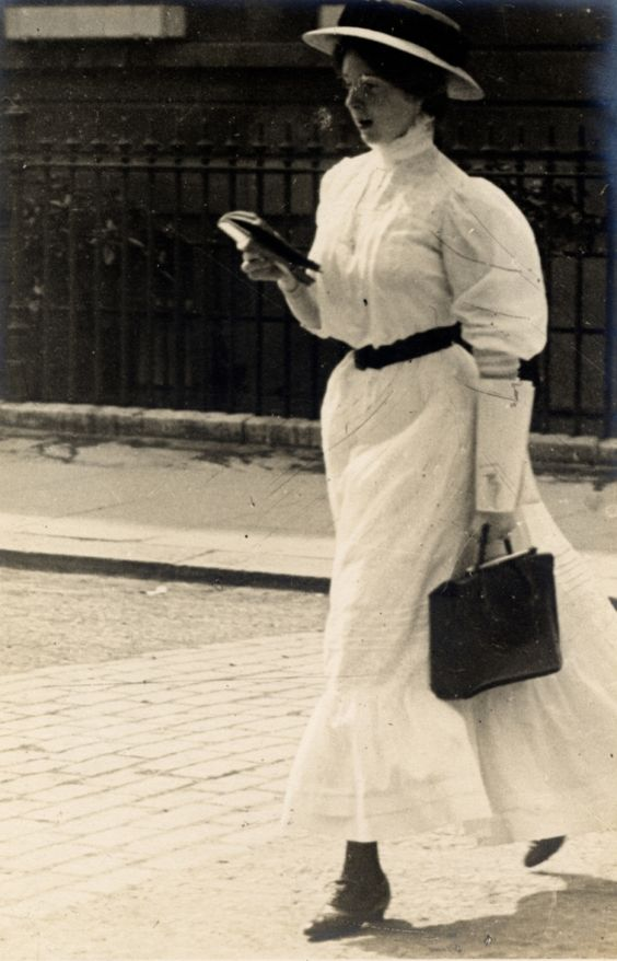 Street style 1906: Edward Linley Sambourne ( Looks like, there is nothing new about reading while walking on the street. )