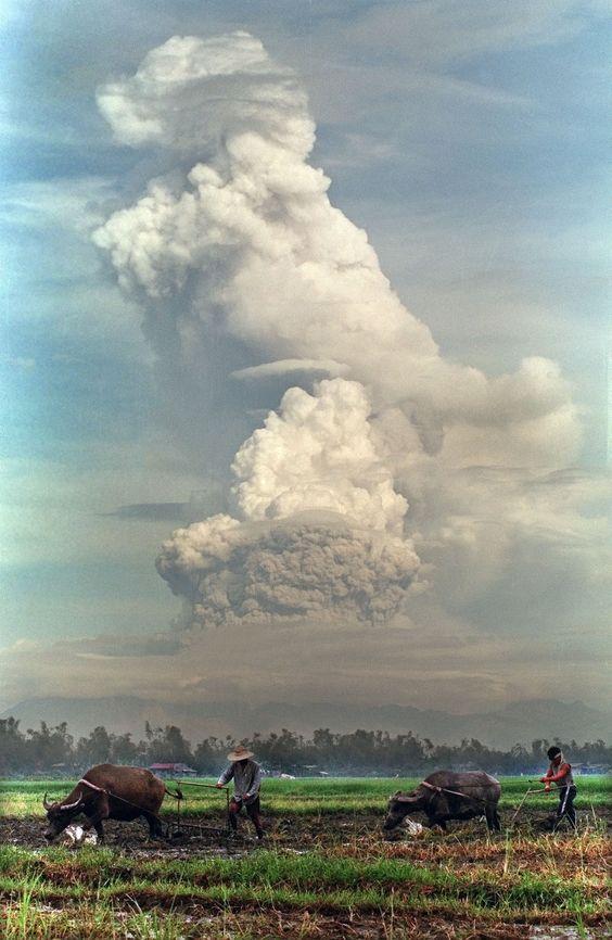 600 Jahre ruhte er, 1991 brach der philippinische Vulkan Pinatubo dann plötzlich aus, tötete 800 Menschen – und sorgte weltweit für einen Temperaturabfall. Wie sieht es heute am Krater aus? Antwort: Er ist zum Ausflugsziel mutiger Wanderer geworden. http://www.travelbook.de/welt/Philippinen-Das-wurde-aus-dem-Katastrophen-Vulkan-Pinatubo-593888.html