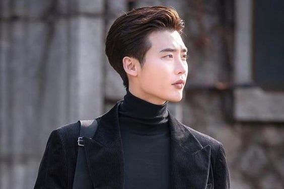 "Lee Jong Suk Shares Behind-The-Scenes Photos From ""Romance Is A Bonus Book"""