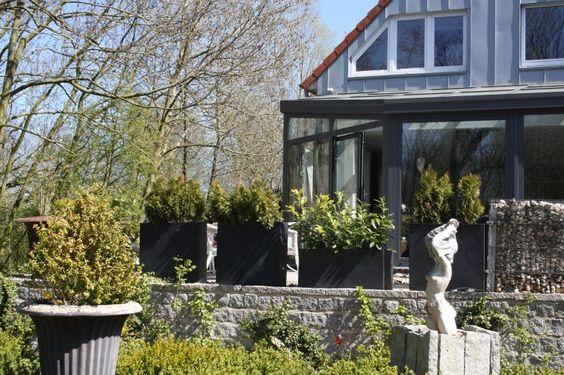 Pflanzkübel Anthrazit als Sichtschutz auf Terrassse und im Garten. Eine tolle Gartenidee. Weitere Pflanzkübel aus Fiberglas finden Sie unter https://www.vivanno.de/pflanzkuebel/materialien/fiberglas/