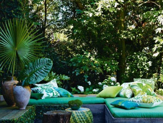idee-deco-jardin-exterieur-avec-meubles-de-jardin-pas-cher-conforama-sol-en-planchers
