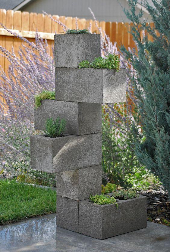 Jardinera vertical diy con bloques de hormig n plantas y for Lamparas para jardineras