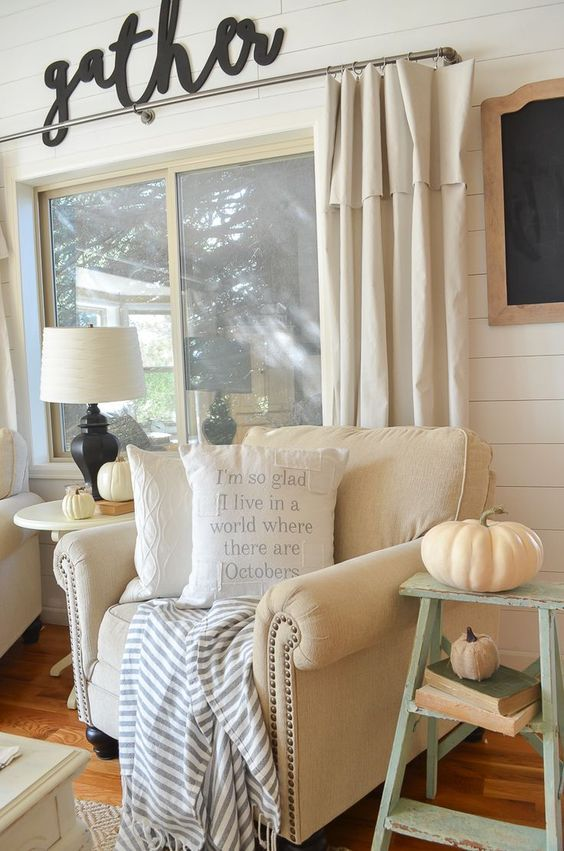 Farmhouse style fall decor in cozy living room. A great roundup of farmhouse style pillows for fall.