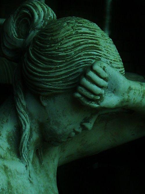 green.quenalbertini: Green statue