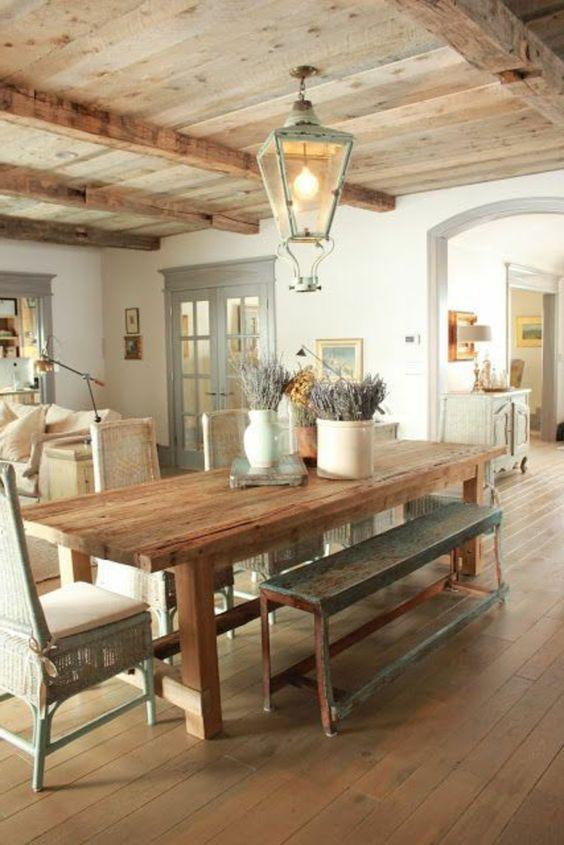 la plus belle cuisine en bois massif de style rustique, plafond en bois massif, lampe en fer forgé