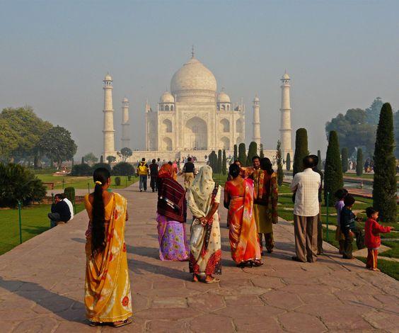 Indiase familie met kleurrijke gele, rode, witte en roze sari's voor de Taj Mahal, Agra, UttarPradesh, India. Lees het verhaal 'ode aan de Taj Mahal' op http://www.myworldisyours.nl/places/agra // Indian family with colourful yellow, red, white and pink sarees in front of the Taj Mahal, Agra, Uttar Pradesh, India. #reizen