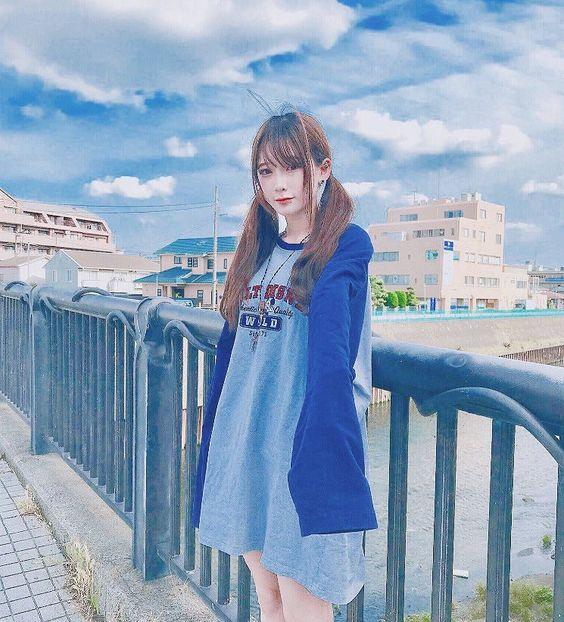 金子理江グレートブルーが空に映える私服