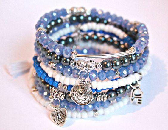 Pulserita de caramelo de brazo, braclets apiladas, pulsera de cristal azul, cuentas wrap Pulsera plata encanto braclet, alambre envuelto pulsera de borlas blancas