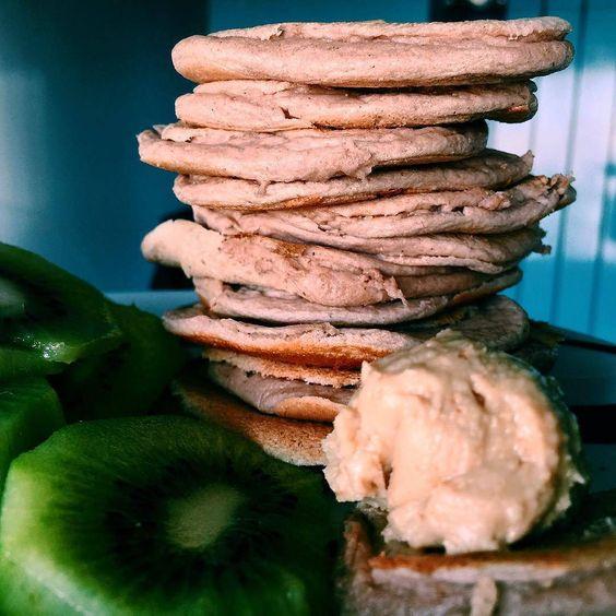 Mocha lowcarb pancakes #proteinpancakes #pancakesunday #pancakestack #maispertoqueontem #amelhorversãodenós #fitnotskinny #fitnessportugal #fitnesssavemylife #fitgirlslookgoodnaked #carbsforabs #sagafitpt  #eatofit #desafiodiasfit #gains #eatclean #girlswholift #fitgirl #eattogrow #fitlife ( # @inesgetshealthy)