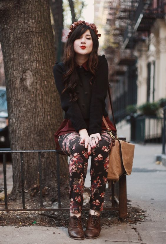 Love how she paired the floral jeans with the maroon red shorts. Love her dark brown oxfords too. :):