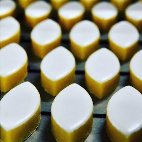 Prêts à être dégustés #calissons #provence #gourmandise #leRoyRené #Sweet #calisson #confiseries #amandes #fruitsconfits #glutenfree #almonds #confiseur #confectionery #frenchconfection #bakery #pastry #gourmet