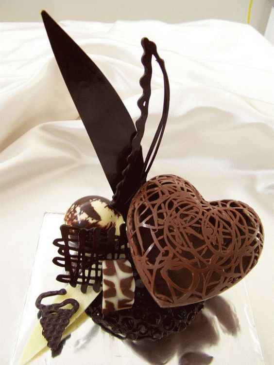 Réalisé pour le mariage d'une coquette... le coeur en dentelle de chocolat !