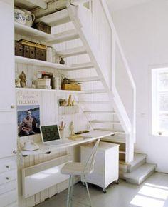 Un coin bureau installé sous l'escalier, une solution gain de place: