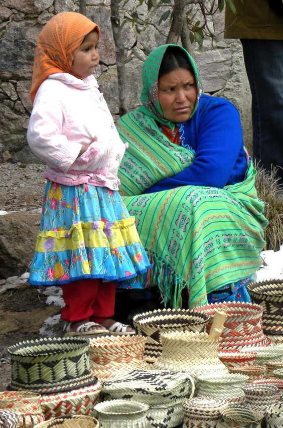 Tarahumara Indian Mother and Daughter at Copper Canyon, Mexico. Madre tarahumara con su niña; Cañon del cobre en Chihuahua, Mexico.