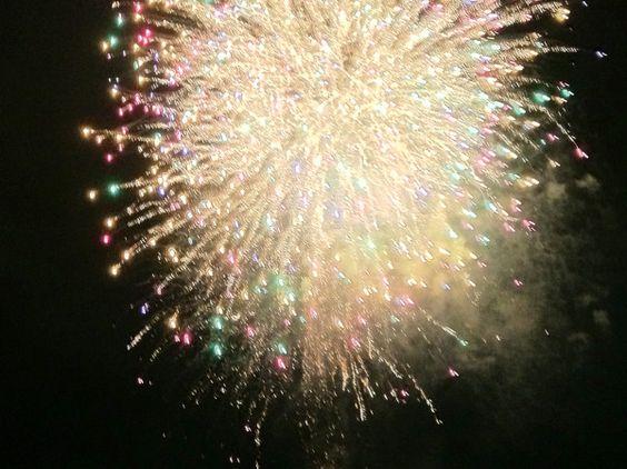 すぐ目の前で上がる大きな花火を一人で平気で見てられるほどあたし強くなかった 屋台までまはがんばれたんだけどな  *5