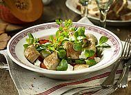 Gebratene Putenwürfel an Feldsalat #Gefluegel #Pute #Feldsalat #Kuerbis #Schafskaese #Salate #Rezepte