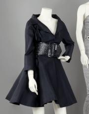 Christian Dior Boutique par Gianfranco Ferre,  c.1995  Robe manteau en shantung noir de forme princesse, col châle cranté, manches 3/4 raglan, doublée de jupons de crins, taille soulignée d'une large ceinture en raphia vernis.