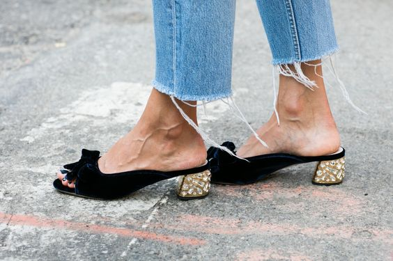Street style à la Fashion Week printemps-été 2017 de New York : jeans coupé…