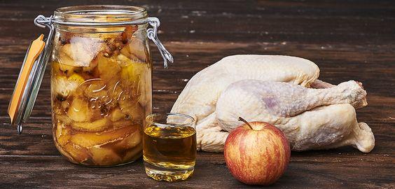 Couper le poulet en morceaux. Eplucher les pommes, les couper en quatre, retirer les pépins et cloisons puis faire des tranches d'un centimètre d'épaisseur. Dans une sauteuse, faire blondir chacun des morceaux dans un fond de beurre puis lesréserver. Remplir vos bocaux Le Parfait en alternantune couche de pommes, une couche de morceaux de poulet jusqu'à 2 cm du rebord. Saler et poivrer chaque couche. Ajouter le calvados. Fermer...