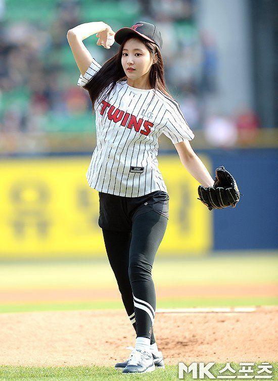 Momoland Yeonwoo Is A Beautiful Baseball Girl Baseball Girls Women Girl