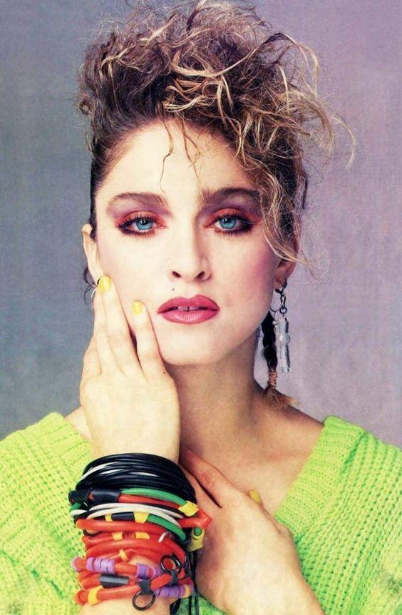 80er Jahre Mode -neonfarben-armbaender-viele-toupiert-haar-schminke-madonna